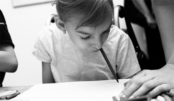 Nový pojem jménem Pusopis. Talentovaná Bára Sedláčková maluje se štětcem v ústech