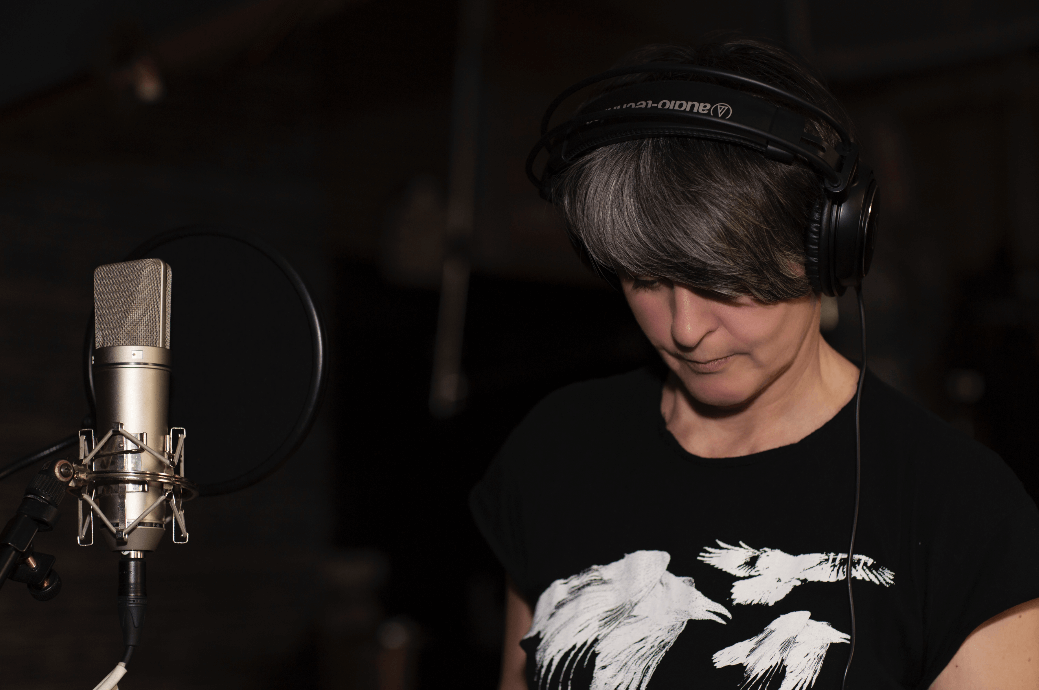 Monika Načeva pokřtila nové album Průvan vhlavě vzahradách Anežského kláštera