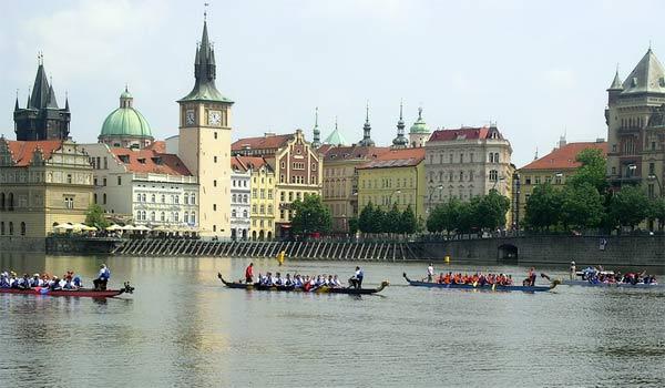 V Praze proběhnou o víkendu charitativní závody dračích lodí