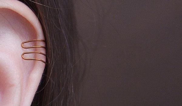 Vyrob si: Rafinovaná jednoduchá ozdoba na ucho z měděného drátu